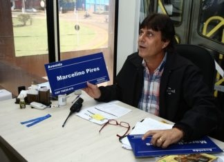 Carlos Fábio apresenta material que será empregado na sinalização do nome das ruas da cidade, com o projeto Casa da Esquina - Foto: A. Frota