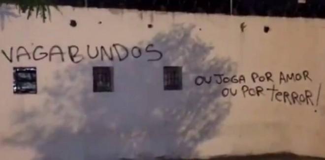 Torcida protesta contra a queda corintiana na fase decisiva do Brasileirão – Foto: Reprodução/Fox TV