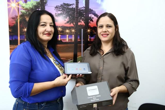 Secretária Denize Portollann com Cleuza de Oliveira a contemplada no sorteio alusivo ao Dia dos Secretários Escolares - Foto: A. Frota