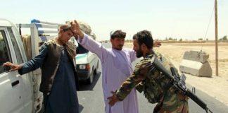 Soldados afegãos fazem blitz em um posto de controle na província de Kandahar, após ataque talibã matar 43 soldados - Foto: EPA