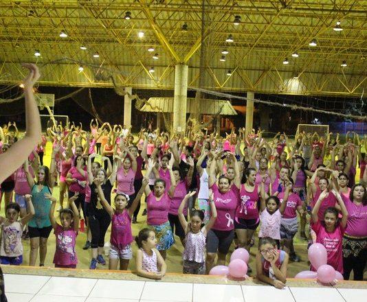 Dezenas de pessoas estiveram no aulão de zumba rosa, no Jorjão - Foto: Assecom
