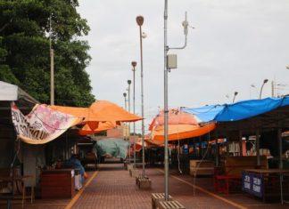 Lonas que os feirantes são obrigados a colocar no local caem com o peso da água e os clientes fogem com medo de acidentes - Foto de Ricardo Minella