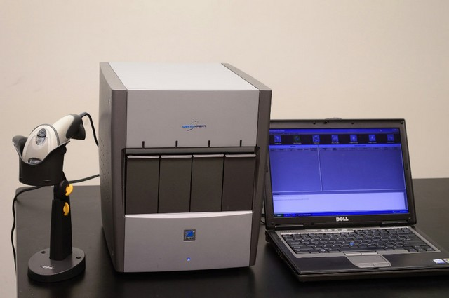 Compõe o conjunto, que forma o Gene Xpert IV, um CPU, monitor, teclado, mouse e leitor de código de barras - Divulgação