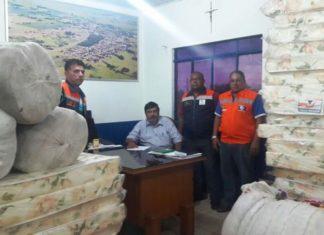 O presidente do COMDEC, Carlos Loro, ladeado por membros da Defesa Civil de Itaquiraí, com materiais destinados ao socorro de famílias atingidas pelo temporal - Foto: Roney Minella