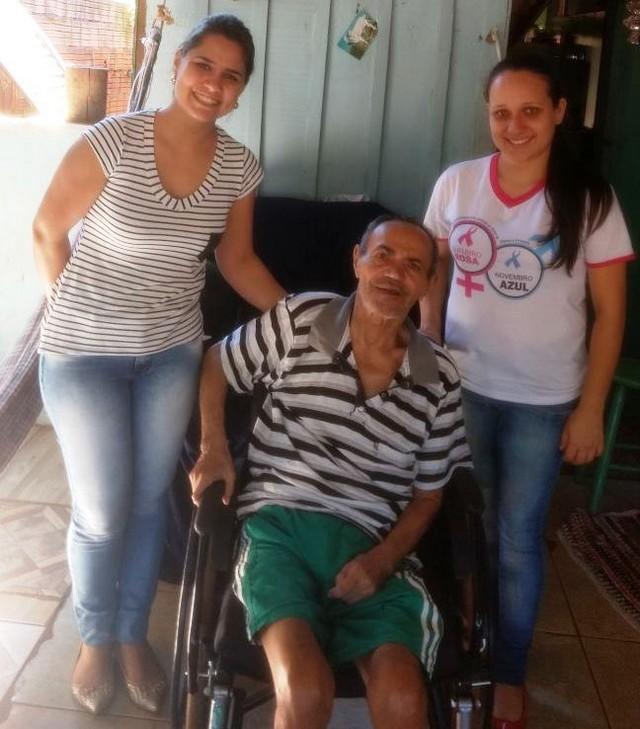 Paciente Antônio Soares Ramos contemplado com cadeira de rodas após atendimento da equipe do Nasf, Franciele e Hevellem - Divulgação