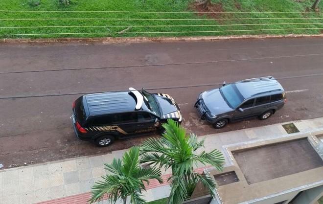 Viatura da Polícia Federal estava em frente um prédio na manhã desta quinta-feira na Rua Quintino Bocaiuva, em Dourados - Foto: Karol Chicoski