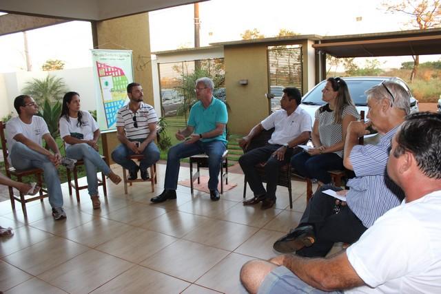 Deputado Geraldo Resende e vereadora Daniela Hall em uma das reuniões com moradores do Parque dos Jequitibás, no ano passado - Foto de Ricardo Minella
