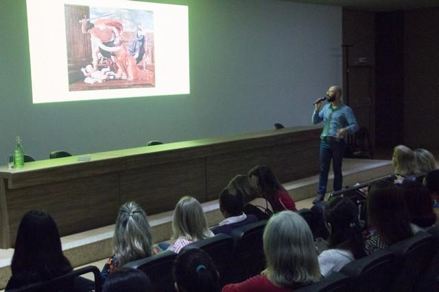 Bezerra desenvolve várias pesquisas que visam o desenvolvimento linguístico-cognitivo de crianças com deficiência intelectual – Divulgação Unigran