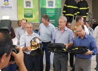 Governador Reinaldo Azambuja, deputado Geraldo Resende e secretário José Carlos Barbosa fazem a entrega dos equipamentos – Foto: Allison Petrini