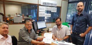 Momento em que o prefeito Ricardo, acompanhado pelo vereador Jeffinho (à direita), assinou o projeto do futuro Ceasa de Itaquiraí - Assessoria