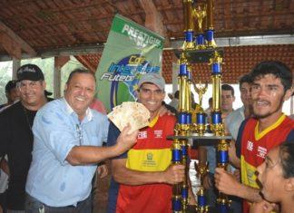 Prefeito Ricardo Fávaro entrega premiação em dinheiro ao campeão da Interglebas 2016, o Beira Rio - Foto: Roney Minella