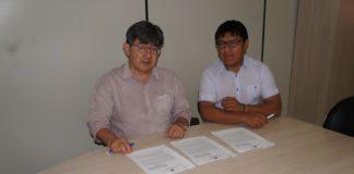 Edmilson Canale, coordenador DSEI-MS, e Wanderley Guenka, chefe do DIASI, durante assinatura dos contratos - Foto: Dirceu Martins