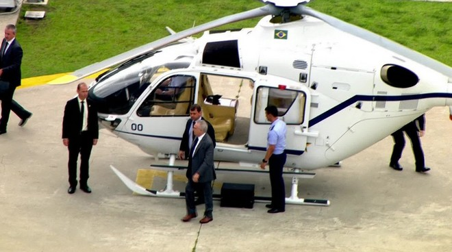 Temer deixa helicóptero após receber alta do hospital Sírio Libanês, em São Paulo - Foto: Reprodução/GloboNews