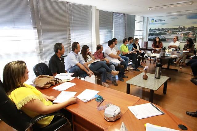 Vereadores e Aduems durante reunião antes da audiência - Foto: Thiago Morais