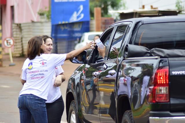 Entrega de kits no semáforo próximo ao shopping fez parte das atividades no Dia D de prevenção à Aids - Foto: Assecom
