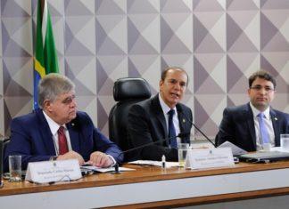 Membros da CPMI, deputado Carlos Marun, presidente da comissão, senador Ataídes Oliveira e o advogado Willer Tomaz de Souza – Foto: Agência Senado