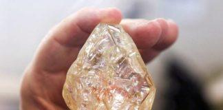 Pedra tem 709 quilates e dinheiro será usado em vila do país – Foto: Epa