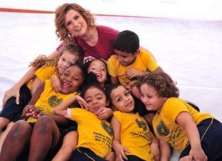 Micaela Góes com as crianças da LBV – Foto: André Fernandes