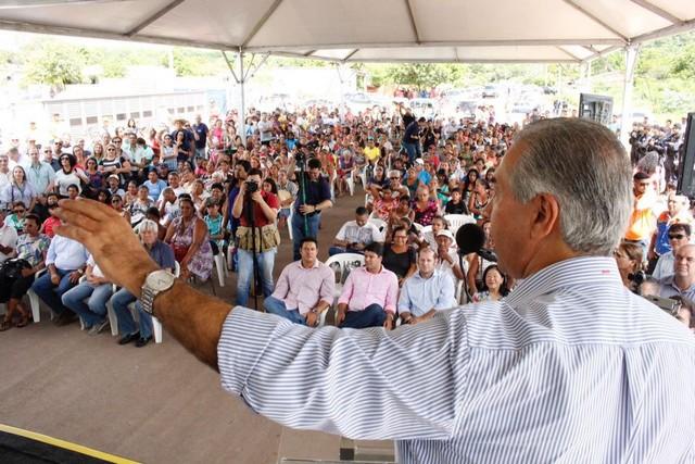 Centenas de pessoas prestigiaram o governador que destacou a importância de garantir uma moradia digna às família – Foto: Chico Ribeiro