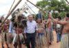 Governador sendo recepcionado pelos índios em Miranda – Foto: Chico Ribeiro