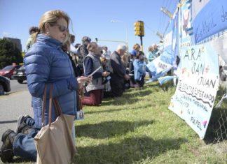 Argentinos rezam pelos 44 tripulantes do submarino ARA San Juan - Foto: EPA