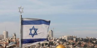 Bandeira israelense perto do antigo cemitério judaico no Monte das Oliveiras - Foto: EPA