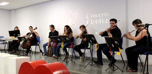 Músicos da Orquestra UFGD, durante concerto na tarde de hoje (15) para a comunidade do HU-UFGD - Divulgação