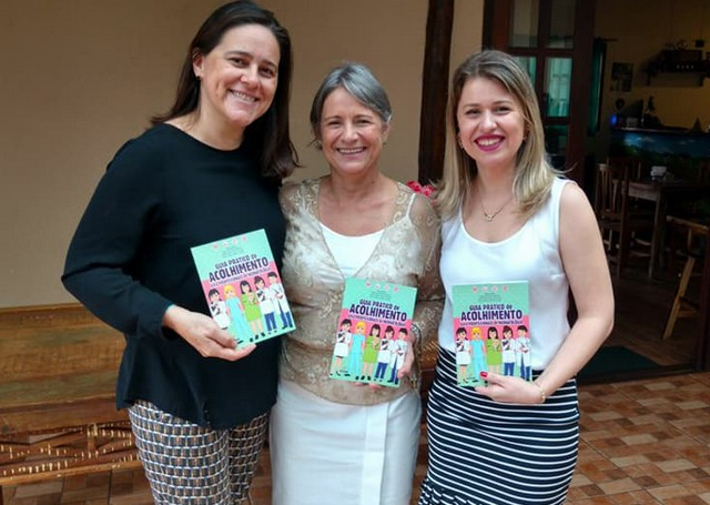 A psicóloga Leidimara Zanfolim, à direita, com as co-autoras da publicação, professoras doutoras Ednéia Albino Nunes Cerchiari e Fabiane Melo Heinen Ganasssin - Divulgação