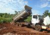 Caminhão flagrado descartando restos de construção civil em área de proteção ambiental foi apreendido e o proprietário multado – Foto: Divulgação/Imam