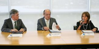 Dr. Antonio Carlos Videra, ministro Gilmar Mendes e a Dra. Tânia Garcia de Freitas Borges, durante assinatura de acordo entre o TSE, TRE-MS e o Governo do Mato Grosso do Sul - Foto: Roberto Jayme/Ascom/TSE
