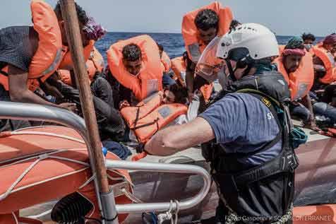 Migrantes resgatados pelo navio humanitário Ocean Viking na costa da Líbia